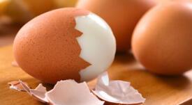 ¿Cómo pelar un huevo duro sin que se rompa?