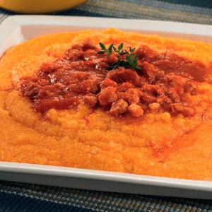 Polenta en salsa roja