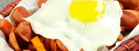 Salchicamote con huevo