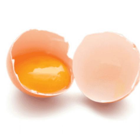 Yema de huevo separada de la clara.