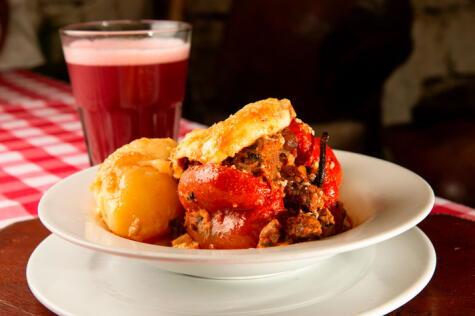 El rocoto relleno, plato estrella de la cocina arequipeña, usualmente acompañado con pastel de papa.