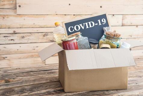 Los productos empacados, bolsas, frascos de vidrio, latas y cajas deben desinfectarse con la mezcla de alcohol al 70%.
