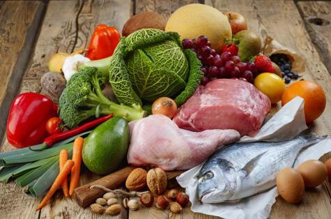 Una alimentación saludable incluye variedad de productos, pero sobre todo, vegetales y frutas de distintos colores, así como grasas saludables.