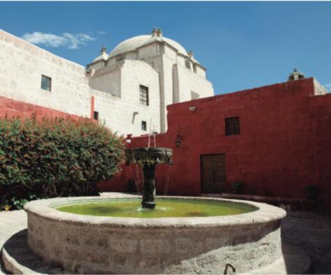 Los conventos fueron los espacios de creación repostera por excelencia, y hasta hoy son claves para la preservación de nuestros más ricos dulces. En la imagen, el de Santa Catalina, en Arequipa.