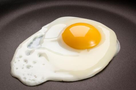 Cuando se fríe a baja temperatura la clara demora en cocinarse. El teflón ayuda a que no se pegue.