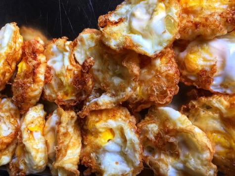 La fritura de inmerción, en inglés deep fried, arroja huevos dorados por todos lados. Hay que cuidar que no se sobre cocine la yema.