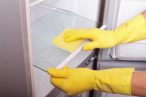 Usa una mezcla de cloro y agua, o bicarbonato y agua para limpiar a profundidad la refrigeradora.