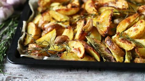 En el horno las papas se caramelizan y pierden agua, lo que les da un sabor dulce muy agradable.
