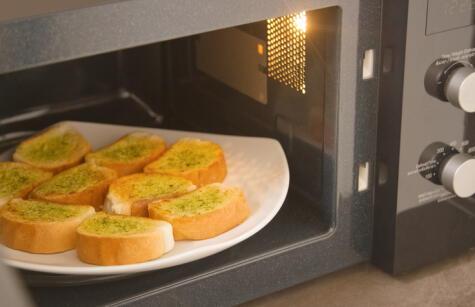 El pan nunca se va a tostar en el microondas. Se puede secar, pero nunca dorar.