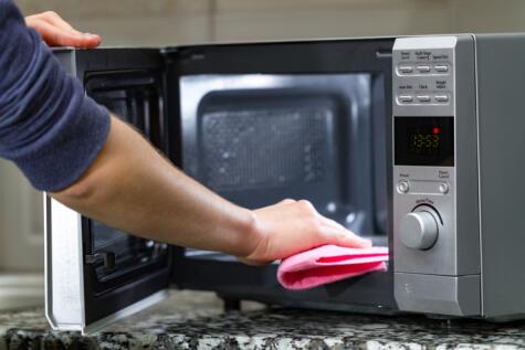 Realiza una limpieza regularmente y nunca introduzcas objetos punzocortantes que pueden dañar la superficie interior.