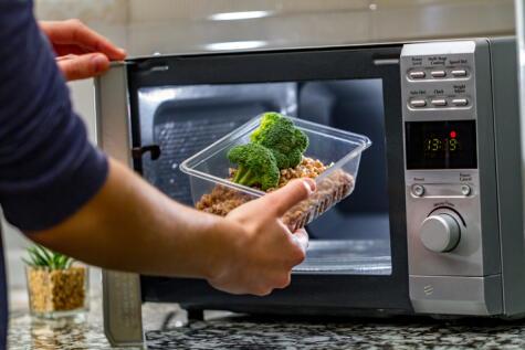 Las verduras conservan sus nutrientes en el microondas. Solo hay que mantenerlas húmedas.