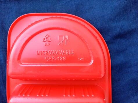 Los recipientes plásticos aptos para el microondas cuentan con señalética que lo indica.