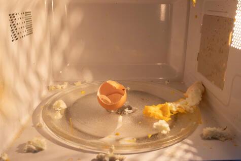 El huevo es un alimento poco recomendable para cocinar en el microondas, porque puede reventar.