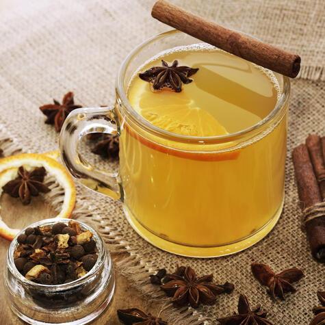 Una infusión de agua de piña ayuda a calentar el cuerpo. Puedes agregarle algún espirituoso para potenciar el efecto.
