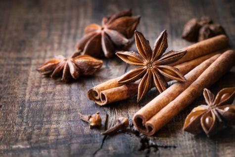 Aunque queda bien solo con piña, queda mucho mejor con especias como la canela, el clavo y el anís estrella.