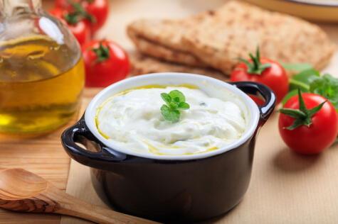 El yogurt griego con aceite de oliva funciona muy bien como aliño de la ensalada en reemplazo de la mayonesa.