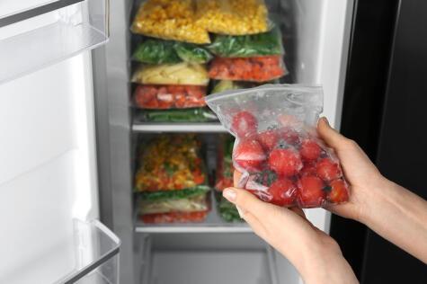 No es necesario refrigerar los tomates; pero si quieres mantenerlos más tiempo, puedes incluso congelarlos en un recipiente hermético.