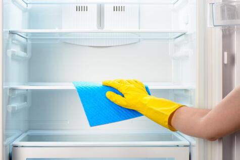 La limpieza de la refrigeradora evita el brote de bacterias y malos olores.