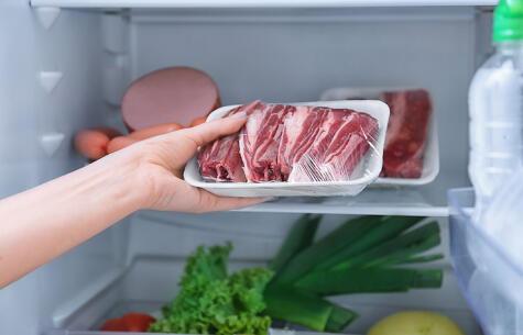 La carne cruda debe ir correctamente envasada en la zona más fría, para evitar que gotee y contamine otros alimentos.