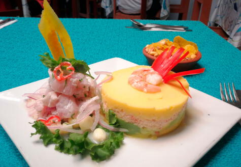 Combinado de ceviche de pescado con causa de cangrejo y langostinos.