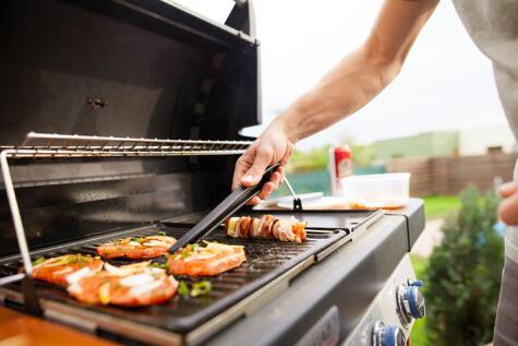 Voltear o mover la carne de su sitio no hará que se cocine más rápido.