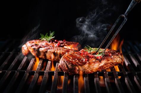 Reemplaza el trinche por unas pinzas, así no dañarás la carne.