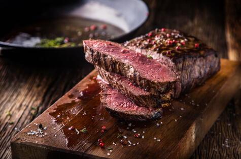 La carne debe reposar a un lado de la parrilla por lo menos 5 minutos antes de cortarla.