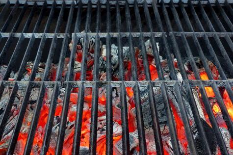 La parrilla se hace con brasa, no con fuego vivo. Puedes crear zonas con distintas temperaturas dependiendo de lo que vayas a meter.
