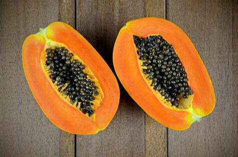 La papaya contienen una enzima –papaína– que rompen la proteína y suavizan la carne.