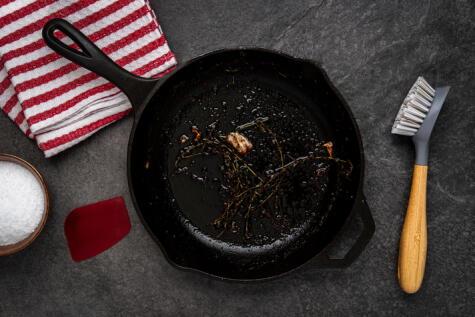 Las ollas no eternas, aunque lo parezcan. Limpiarlas correctamente prolongará su vida útil y evitará problemas de salud.