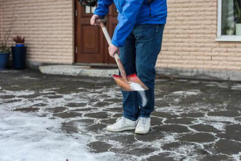 El proceso endotérmico explica por qué se usa sal para derretir la nieve.