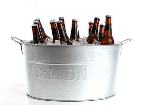 La cubeta de metal enfría mejor que el plástico y que el vidrio. Y si las botellas están completamente sumergidas, mejor.