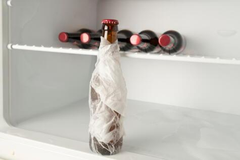 La botella envuelta en un papel toalla mojado se enfriará en menos de 10 minutos.