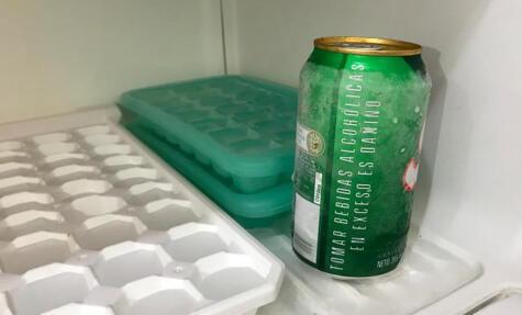 La bebida mojada en el congelador es la primera opción. La película de hielo que se formará será un abrazo frío para tu bebida.