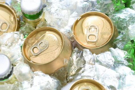 Agua, generosa cantidad de hielo y un buen puñado de sal. El tiempo de enfriamiento depende del tamaño y el material del envase. La lata se enfría más rápido que el vidrio.