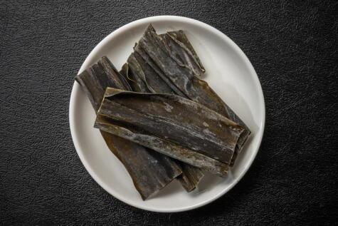 El kombu seco cristaliza el glutamato. A partir de esta alga, Ikeda logró sintetizar el glutamato monosódico.