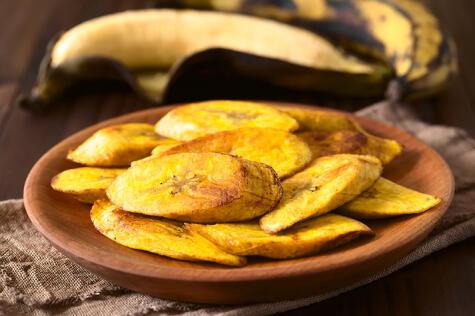 El plátano lo comemos de mil maneras, y es muchas veces el carbohidrato predominante de la dieta en muchas regiones.