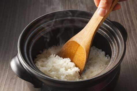 La cuchara, más allá del aderezo, suele romper el grano. Mejor usar un trinche para remover al final.