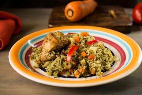"""El <a href=""""https://buenazo.pe/recetas/platos-de-fondo/arroz-pollo-como-prepararlo-112""""><strong>arroz con pollo</strong></a>, es un emblema de nuestra gastronomía. ¿Cuántas recetas peruanas llevan arroz?"""
