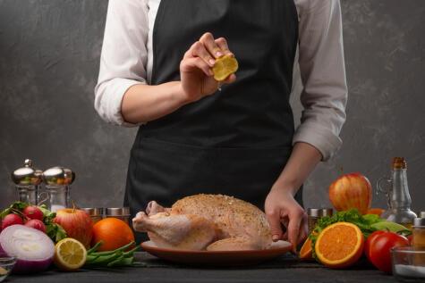 Antes de meterlo al horno, frótale jugo de limón a toda la piel; eso ayudará a que se dore parejo.