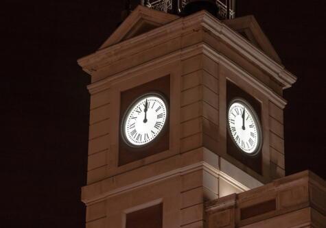 Las 12 de la noche en el reloj de la Puerta del Sol. Una historia con un origen incierto.