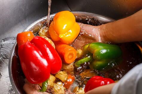 Lavar con abundante agua o en una mezcla de agua con bicarbonato.