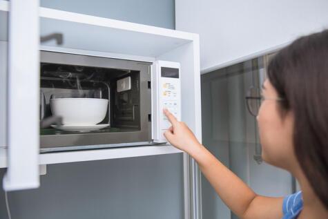 Para descongelar en el microondas, sigue siempre las indicaciones del manual y asegúrate que todo esté bien caliente.