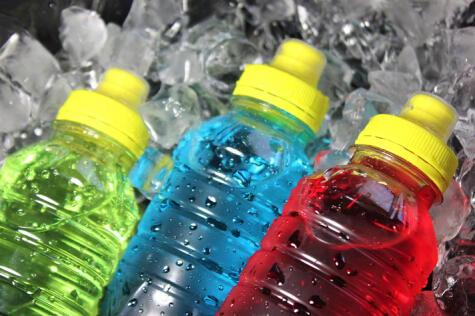 Las bebidas rehidratantes nos aportan agua, sales y azúcar, pero no curan por completo la resaca.