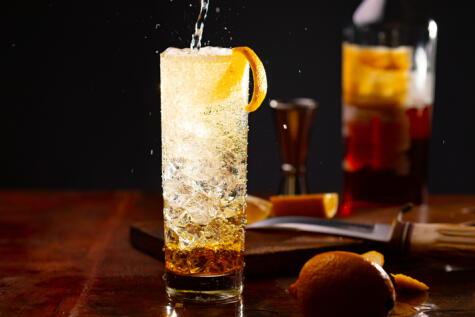 El <em>high ball,</em> hecho con whisky y soda, dio inicio a todo un estilo de cocteles refrescantes, dentro del cual se ubica el chilcano.