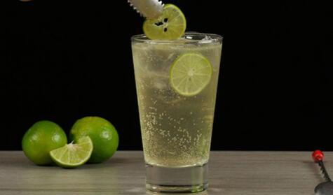 El chilcano perfecto solo necesita 5 elementos: vaso alto, abundante hielo, buen pisco, ginger ale y limón.