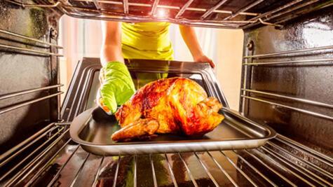 Cuando se cocina entero a veces el pollo puede resultar poco cocido en algunas partes.