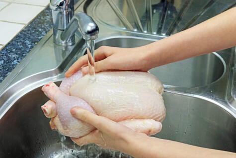 Lavar el pollo es una práctica que se debe evitar para no contaminar la cocina.