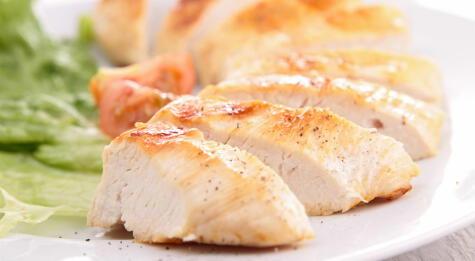Un pollo bien cocido tiene la carne blanca.