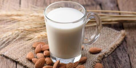 La leche de almendras es una de las más sabrosas y tiene múltiples usos.